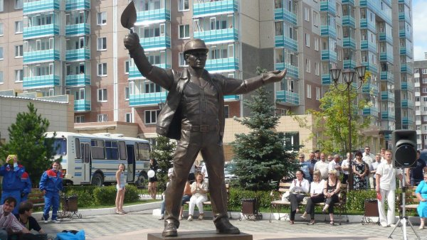 Памятник строителю,Памятник, скульптура,Красноярск