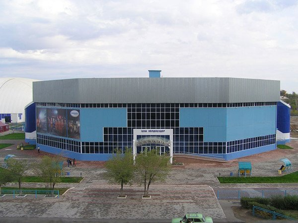 Спортивно-оздоровительный комплекс  г. Сатпаев,1. Ледовый Дворец «Арена-2005» (2600 мест); 2. Футбольный стадион (2500 мест); 3. Бассейн (700 мест);,Жезказган