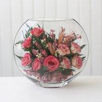 Розовые розы в средней плоской вазе