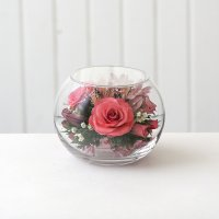 Розовые розы в средней круглой вазе