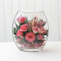 Розовые розы в малой плоской вазе