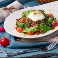 Тёплый салат с яйцом пашот