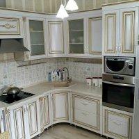Кухня с золотой патиной