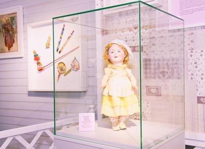 Выставка «В куклы играют все»