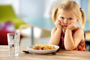 5 вредных продуктов, которыми мы кормим детей