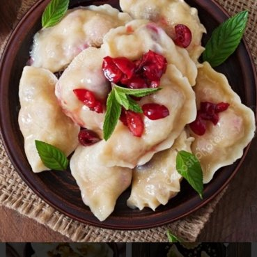 Кто не любит вареники с вишней?Теперь это лакомство политое вишневым соусом и сметанкой, всегда в нашем  меню!