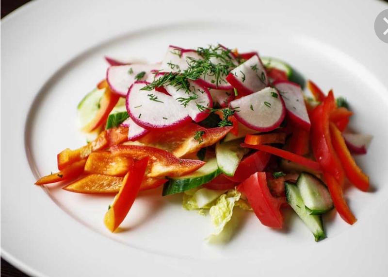 Время есть салаты🥕🌶🧅всегда в наличии свежие салаты, ну и конечно же, всеми любимый Оливье! Все салаты по 65 р.