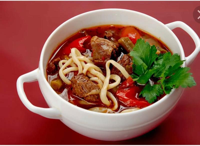 Лагман-очень интересное азиатское блюдо,оно не является ни первым, ни вторым блюдом.Состоит из 2-х частей:из лапши и ваджи (подливы из мяса с овощами).Есть поклонники этого вкуснейшего блюда?!-135 р.