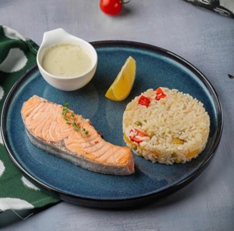 Сёмга с рисово -овощным гарниром и сливочным соусом
