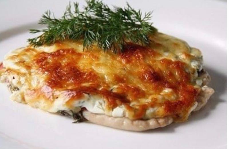 Куриная грудка под сырной шубкой давно стала любимым блюдом многих гурманов. Мы предлагаем вам наш вариант и всего за 120 руб.!