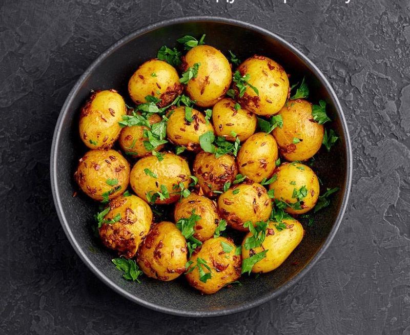 Июнь время молодого картофеля, предлагаем к вашему столу картошечку в разных вариантах: отварную с маслом и укропом, запечённую в духовке с куриной грудкой, жареную с грибами в сметане!