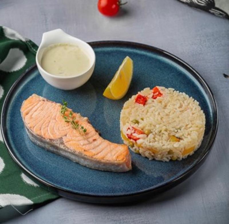Сёмга с рисово-овощным гарниром и сливочным соусом