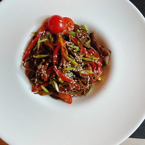 Азиатская лапша с говядиной и овощами
