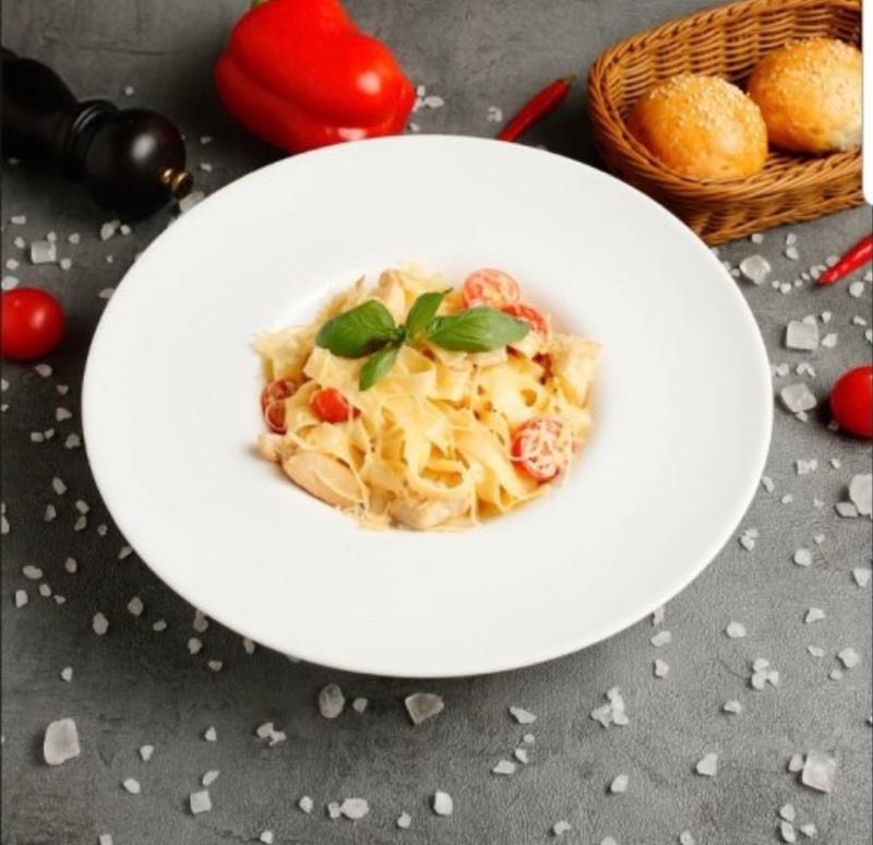 Феттучини с мясом цыплёнка и помидорами черри